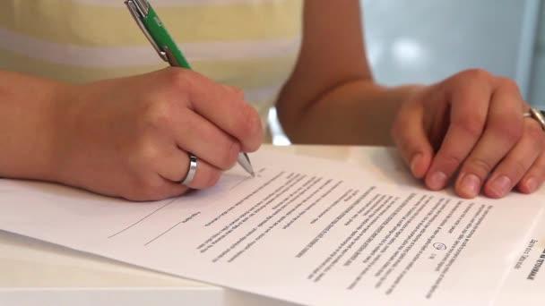 Client signiert Release in einem Tätowierstudio