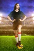 Žena fotbalista na stadion