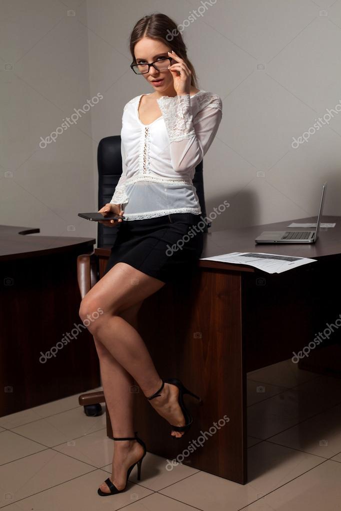 Молоденькая сексуальная секретарша