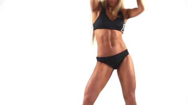 Štíhlá žena v černém sportovní spodní prádlo je tancovat sama