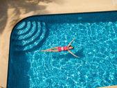 Fotografie Žena plavání a relaxaci v bazénu
