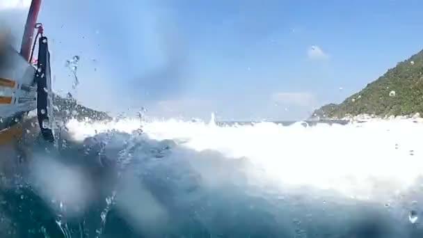 Jízda na lodi v moři