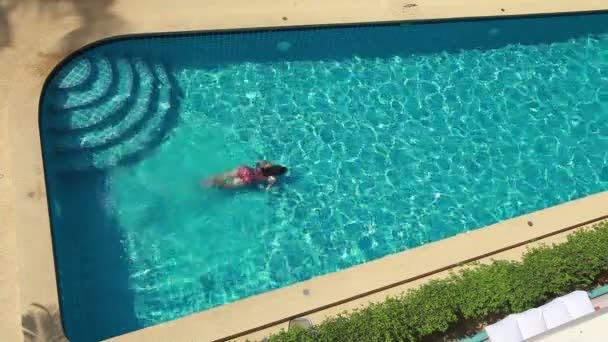 Pohled shora ženy v bazénu