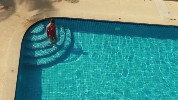 Plavecký bazén a žena