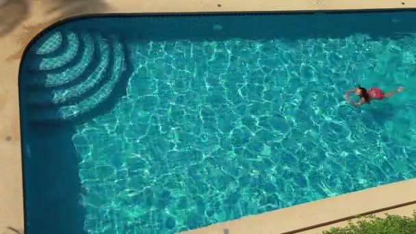 Žena, plavání v bazénu