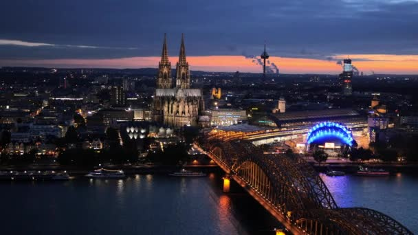 Nacht schwenken Schuss der Kölner Dom und Hohenzollernbrücke. Köln, Deutschland