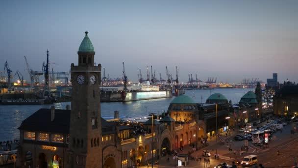 Hamburg, Deutschland. Landungsbrücken und Blick auf den Hafen