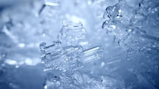 Kamera bewegt sich durch die Schneekristalle. Transparente Schneeeisformationen im Hintergrund. Echte Schneefrostzahlen. Winter Natur Rutschschuß. Hohe Qualität, UHD