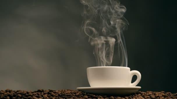 šálek kávy na tmavém pozadí