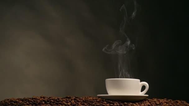 csésze kávé sötét háttér