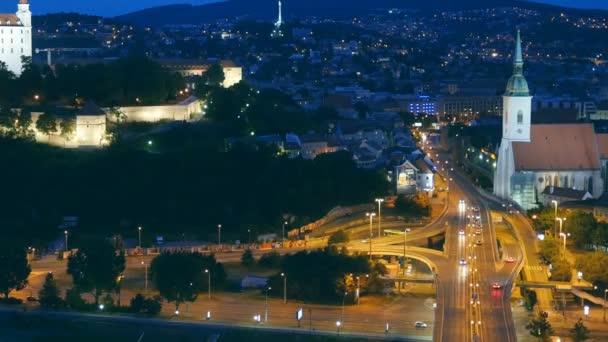 Noční pohled na starý hrad a staré město. Bratislava, Slovensko.