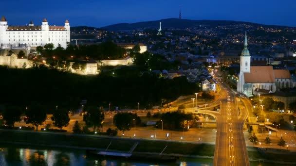 Noční pohled na starý hrad a staré město. Bratislava, Slovensko