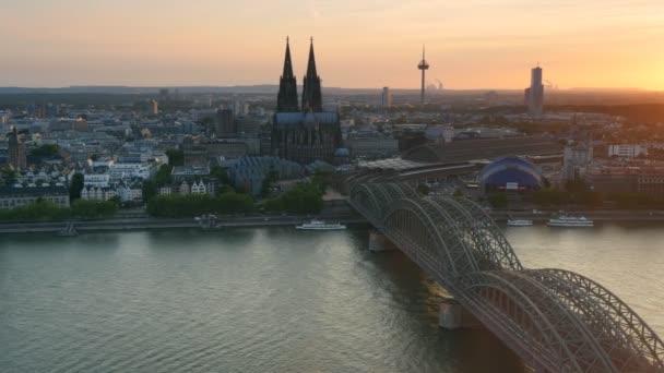 Dom und Hohenzollernbrücke. Köln, Deutschland. Uhd, 4k