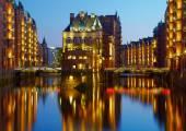 Alten Speicherstadt in Hamburg bei Nacht beleuchtet. Sonnenuntergang Zwillingsvulkane