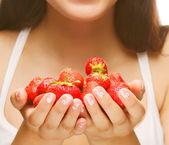 schöne glücklich lächelnde Frau mit Erdbeere
