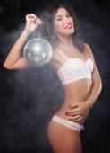 Fotografie Tänzerin mit Discokugel im Rauch