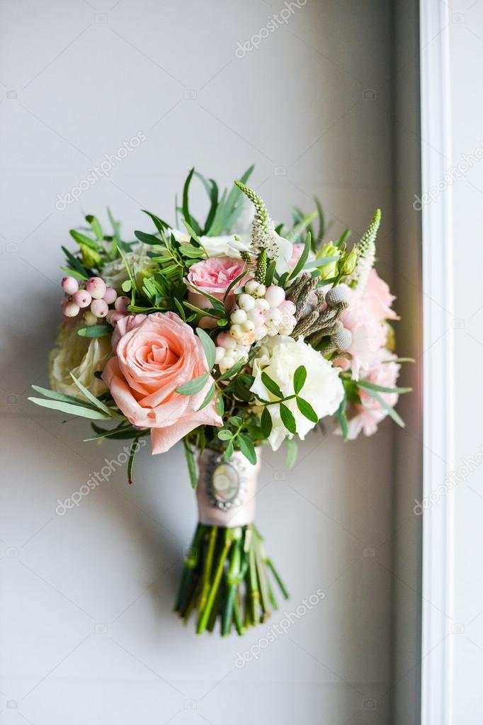 Букет невесты с красными цветами фото