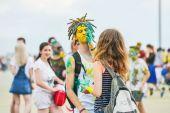 oslavován jako festival barev