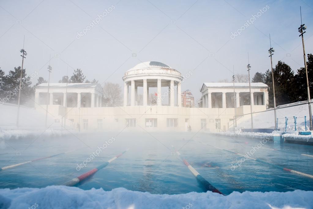 Außenpool Sport im winter — Stockfoto © Alex.S. #98273564
