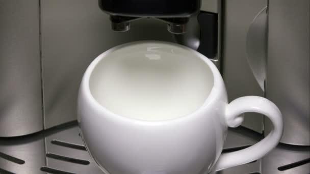 moderne Kaffeemaschine und eine Tasse