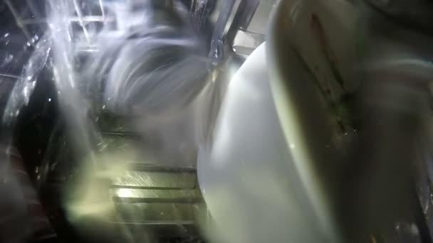 myčka nádobí myje nádobí v horním koši