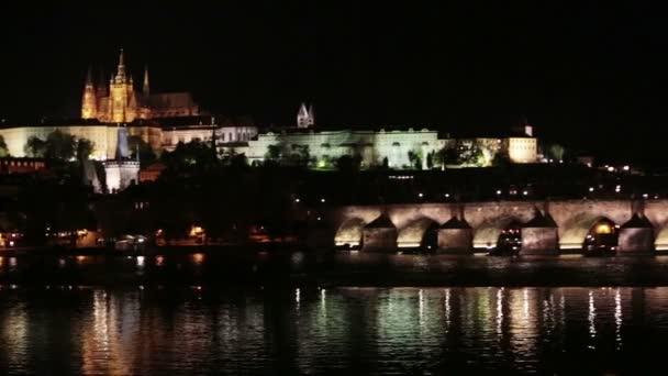 Praha v noci s Charles most Karlův Most přes řeku Vltavu a Pražský hrad, Česká republika