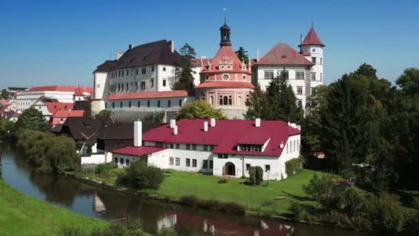 jindrichuv hradec. Tschechische Republik, wunderschönes Renaissanceschloss, 16. Jahrhundert, mit Rundpavillon auf dem Hügel in der Nähe des Flusses Nesarka