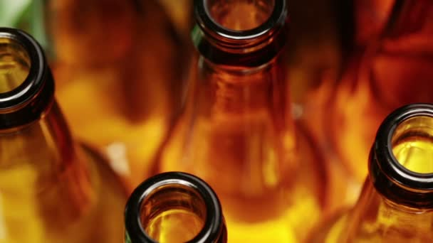prázdné lahve, pohled shora, malá hloubka ostrosti na krku