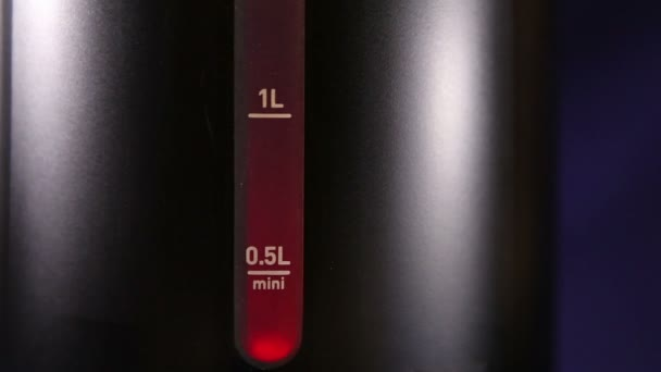 Měření hladiny vody značku varné konvice, červená barva - vroucí znamení