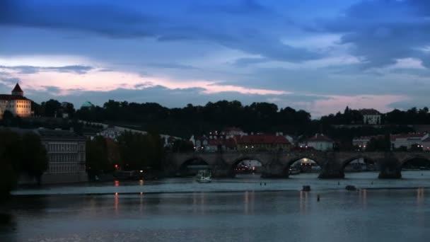 Panoráma Prahy v noci s Karlův most Karlův Most přes řeku Vltavu a Pražský hrad, Česká republika