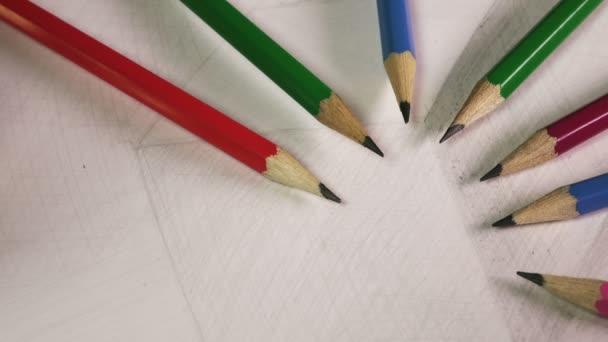 černé grafické tužky na náčrtu výkresu krychle