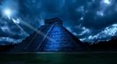 Fotografia Messico. Chichen Ittsa. Piramide di Kukulkan in un mistico al chiaro di luna