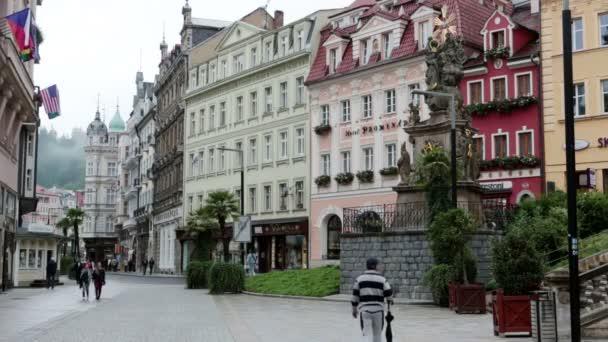 turisté na malých uliček starého města na 14 září 2014 v Karlovy Vary, Česká republika
