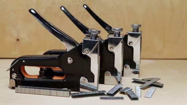 Nástroj - sešívačka ruční mechanické - pro opravy v domě a na nábytek a držáky