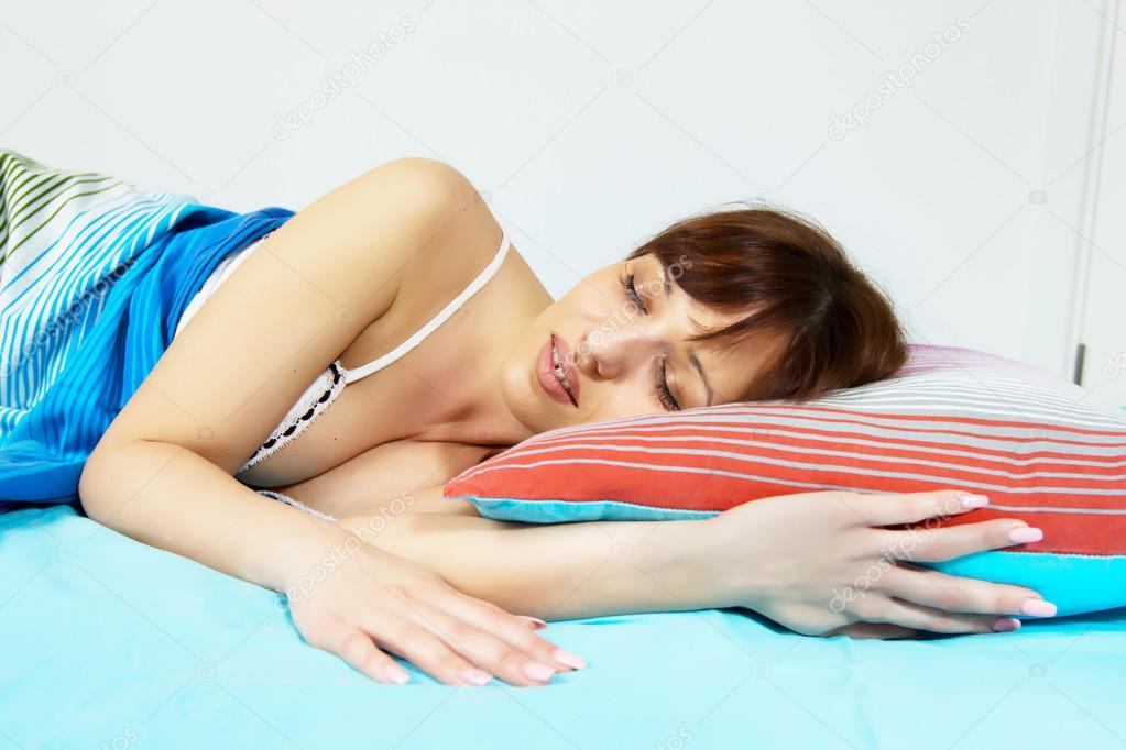 Как молодую спящую