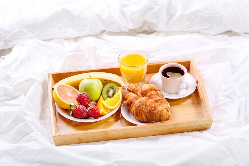 petit d jeuner au lit plateau avec caf croissants et fruits photographie nitrub 102694686. Black Bedroom Furniture Sets. Home Design Ideas