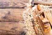 staré nástroje: dřevěný hoblík, kladivo, dláto