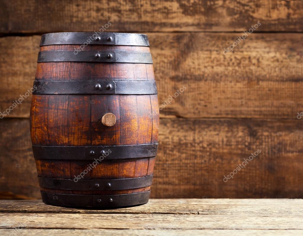 tonneau en bois sur fond en bois rustique photographie. Black Bedroom Furniture Sets. Home Design Ideas