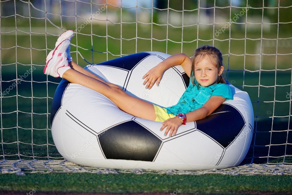 Petite Fille Drole Sur Le Stade De Football Photographie Ababaka