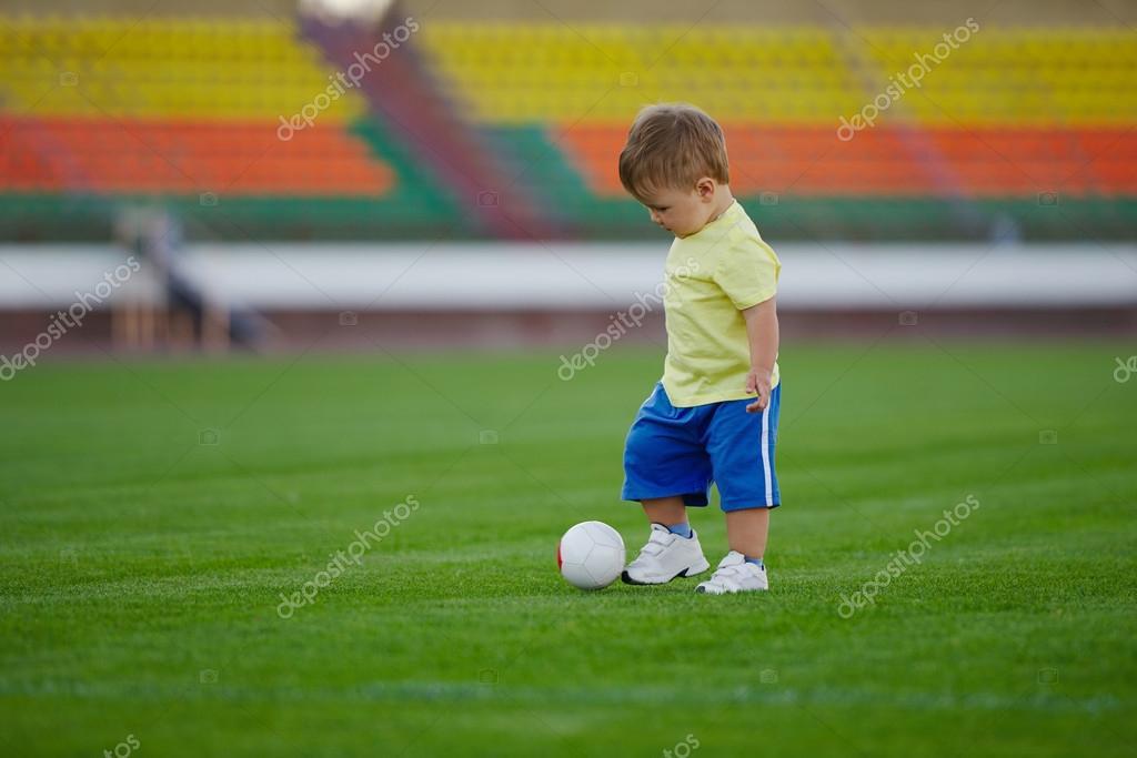 Petit Garcon Drole Sur Le Stade De Football Photographie Ababaka