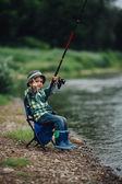 fiú halászat folyó partján