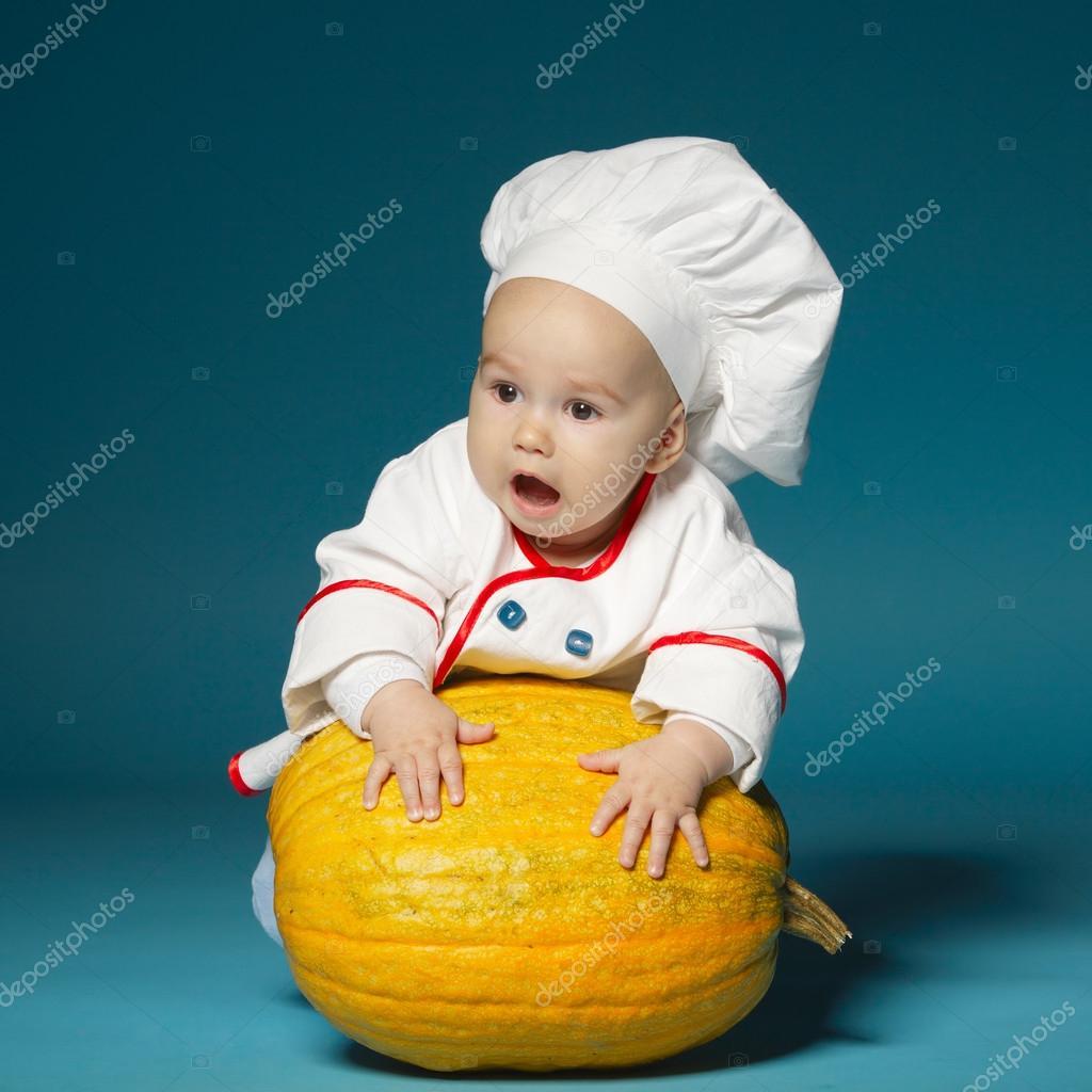lustige baby mit koch kost m h lt k rbis stockfoto ababaka 90305506. Black Bedroom Furniture Sets. Home Design Ideas