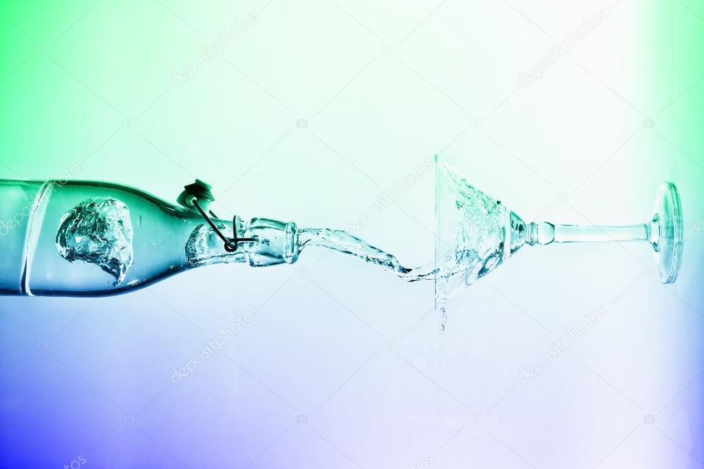 Versare acqua chiara orizzontale fuori dagli spruzzi di bottiglia