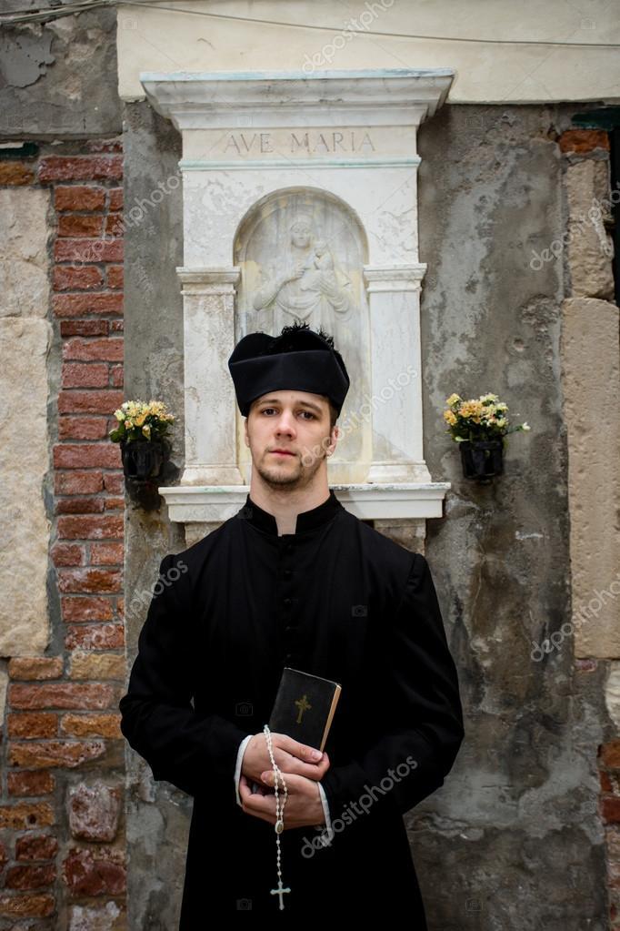 Молодой сексуальный священник