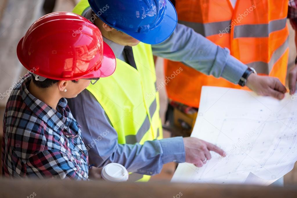 Architekten Suchen site manager die blaupause mit architekten suchen stockfoto