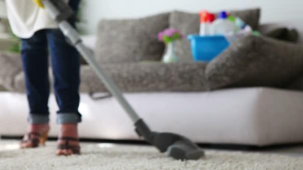 Teppich vor der Couch mit Staubsauger reinigen - Nahaufnahme