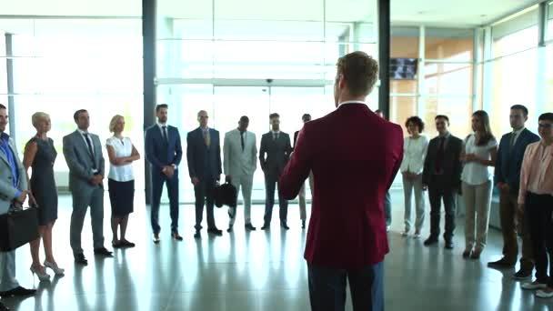 Různorodá skupina podnikatelů smíšených věkových kategorií jsou naslouchání poslech až k prezentaci na semináři obchodní a tleskání.
