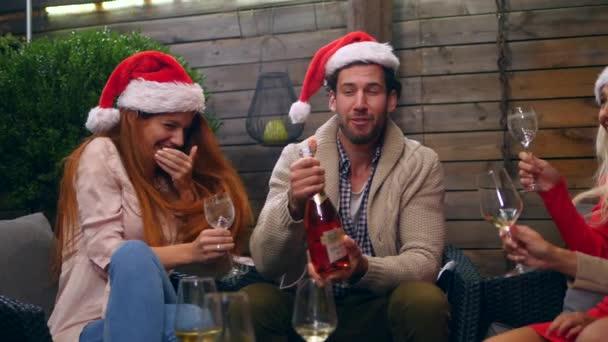 Fiatal barátok boldog csoportja együtt ünnepli az új évet. Szórakozás, boldogság, karácsonyi koncepció
