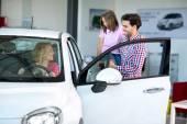 Fotografie Glückliche Familie wählt ein Auto kaufen