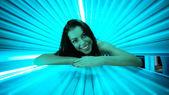Fotografie Usměvavá mladá žena na solárium